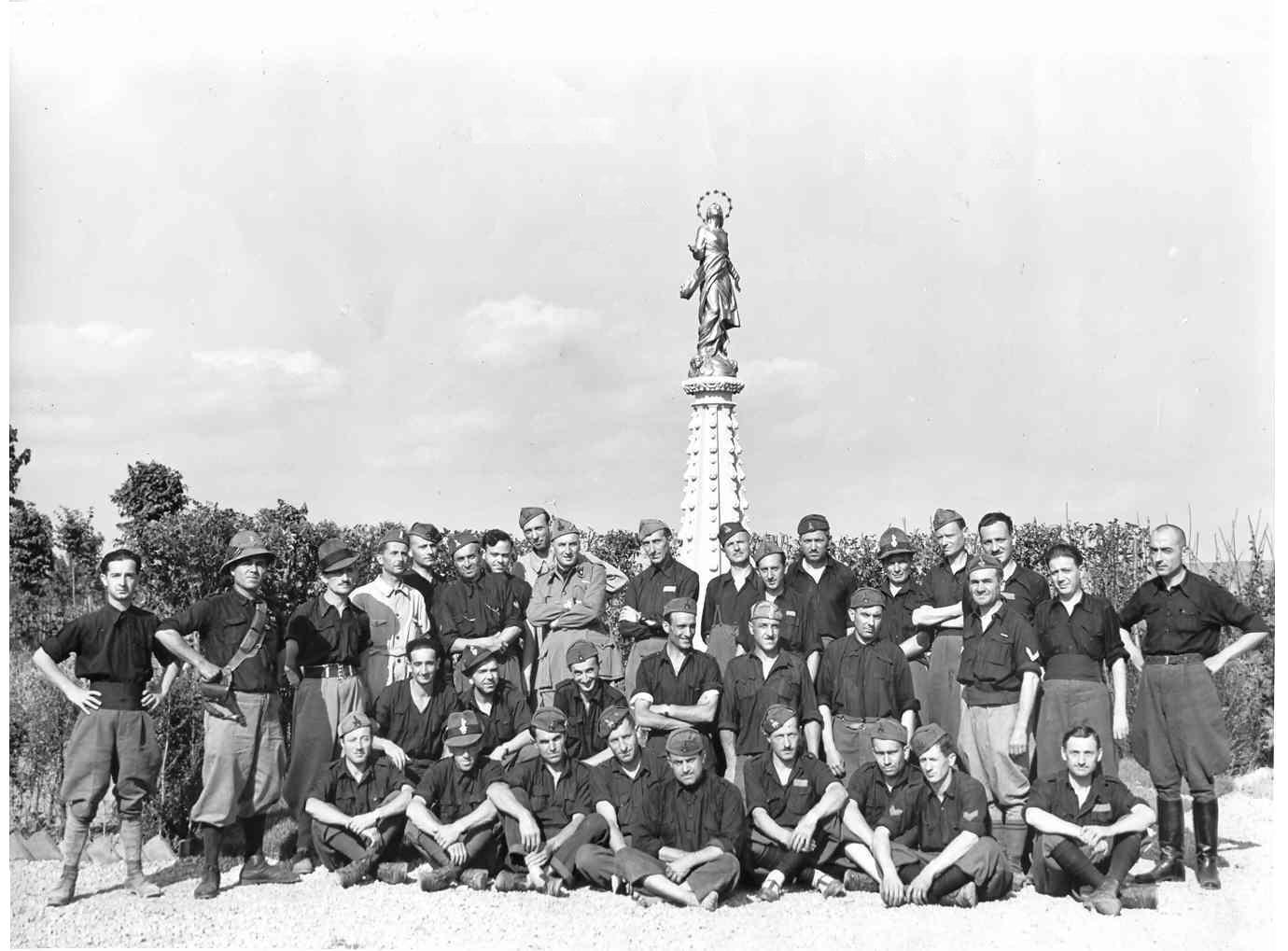 la milizia antiaerea in posa davanti alla statua della Madonna