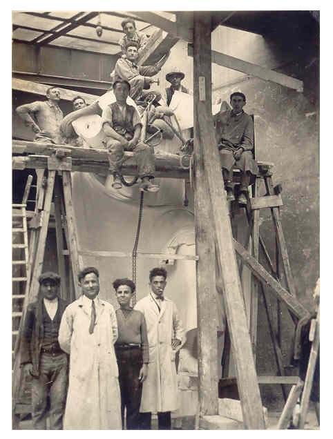 Giuseppe Carlo Bobbi - nel laboratorio di Wildt statua di S. Ambrogio