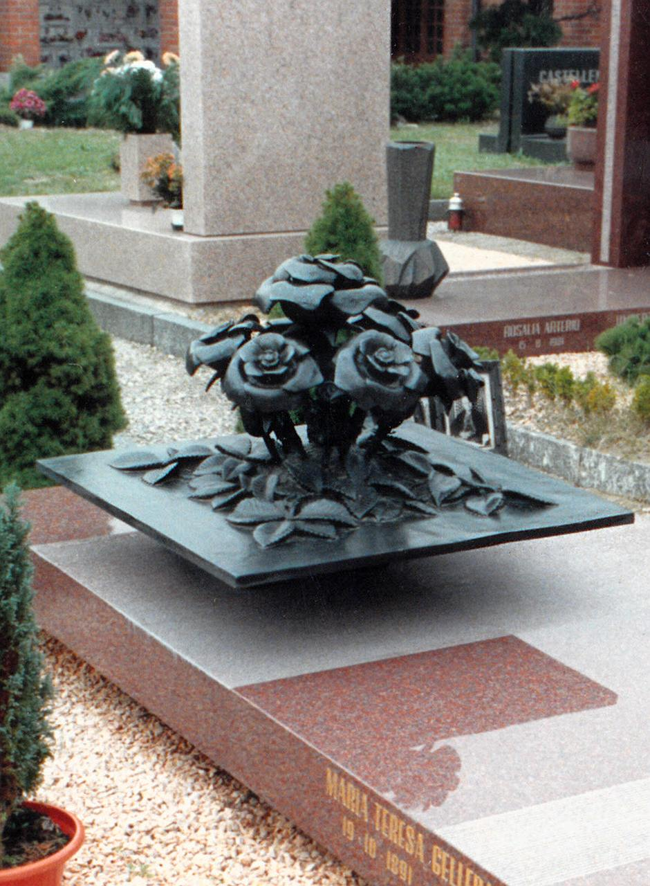 Orazio Bobbi - Mazzo di Rose - Bronzo al Cimitero di Lambrate