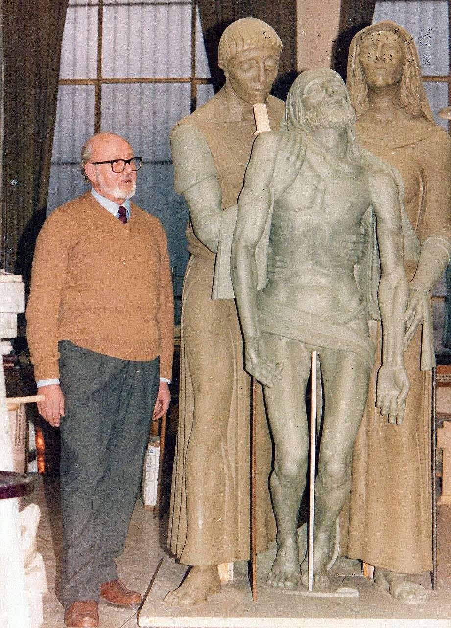 Orazio Bobbi con la statua - Deposizione